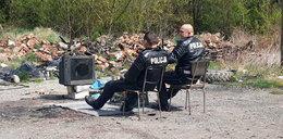 Skandal! Policjanci z Kłodzka zamiast łapać piratów drogowych... zabawiają się na śmietniku