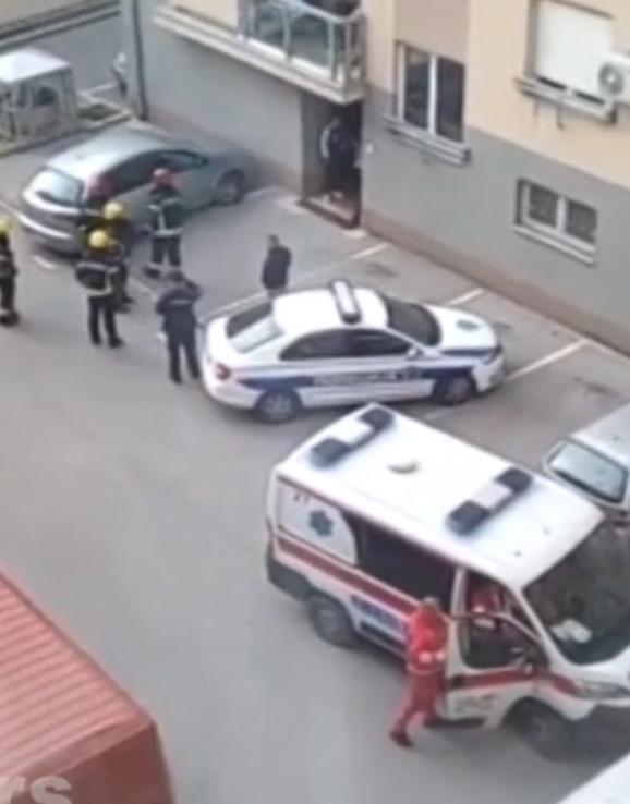 Policija i Hitna pomoć ispred zgrade