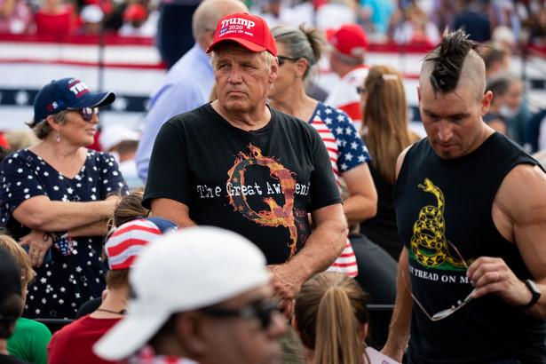 Zwolennicy QAnon w Winston-Salem w Północnej Karolinie. 8.09.2020