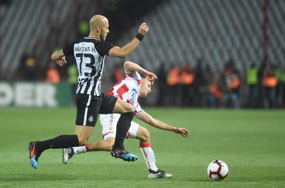 Nemanja Miletić u duelu sa Veljkom Simićem