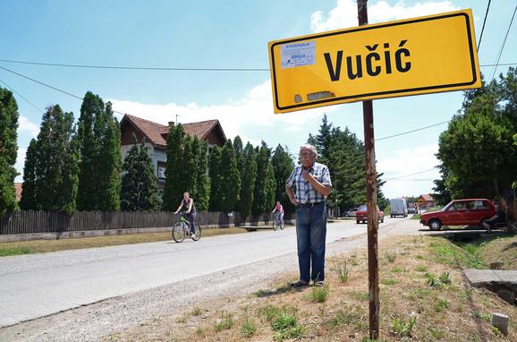 Milorad na ulazu u selo Vučić