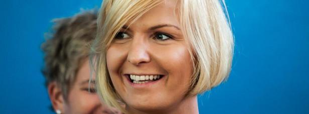 Otylia Jędrzejczak z listy PO Na listach PO już w zeszłych latach można było znaleźć dużo znanych nazwisk spoza świata polityki. W tym roku, jak na razie, partii Tuska udało się ściągnąć mistrzynię olimpijską w pływaniu Otylię Jędrzejczak, która znalazła się na liście w województwie kujawsko-pomorskim. Jędrzejczak na igrzyskach olimpijskich w 2004 roku zdobyła złoty medal na 200 metrów stylem motylkowym oraz dwa srebrne medale na 100 metrów stylem motylkowym i na 400 metrów stylem dowolnym. Wielokrotnie sięgała po medale mistrzostw świata, Europy i Polski. Trzykrotnie była wybierana na najlepszego sportowca Polski. W 2005 roku Jędrzejczak spowodowała wypadek samochodowy, w którym zginął jej 19-letni brat Szymon. W grudniu 2005 prokuratura w Płońsku postawiła jej zarzut nieumyślnego spowodowania wypadku ze skutkiem śmiertelnym. Dwa lata później sąd skazał olimpijkę na dziewięć miesięcy ograniczenia wolności i prac na cele społeczne w wymiarze 30 godzin miesięcznie. Jędrzejczak otrzymała także zakaz prowadzenia pojazdów przez jeden rok.