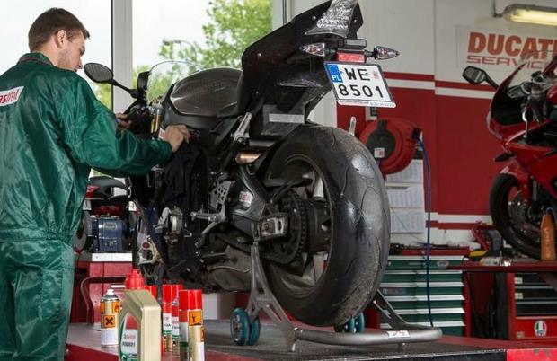 Po umyciu motocykla w myjni używamy środka do czyszczenia i nabłyszczania części lakierowanych.