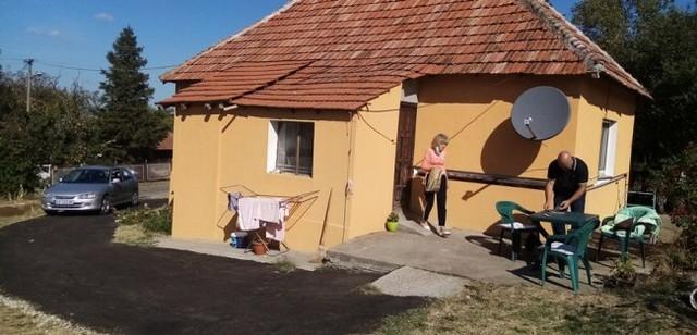 Ljilja i Srđan Srećković ispred porodične kuće Čolić u Ljubeselu