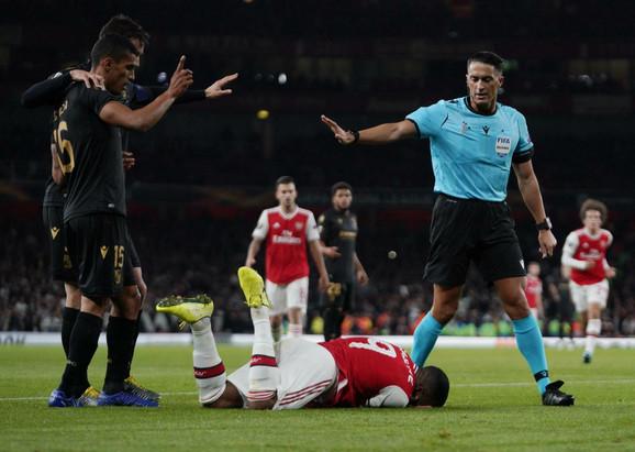 Serdar Gezubujuk na meču Arsenal - Vitorija