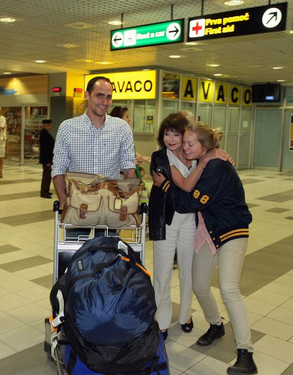 Zagrljaji i poljupci na aerodromu: Indija i Jelisaveta