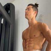 MILION LAJKOVA ZA DESET MINUTA, A NIJE SAMO ZBOG PLOČICA! Ronaldo se razgolitio, ali je otkrio i ono što NIJE HTEO /FOTO/