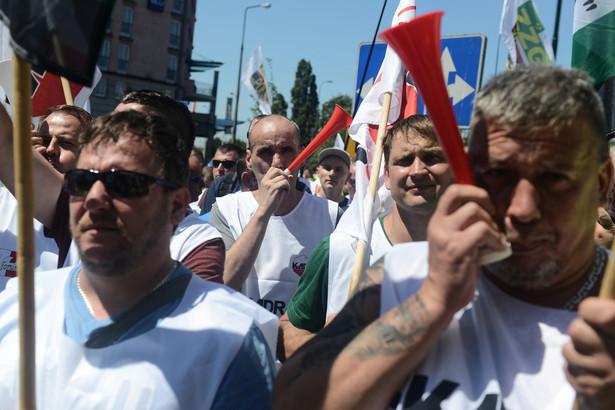 Związkowcy z Jastrzębskiej Spółki Węglowej podczas pikiety przed siedzibą PiS w Warszawie