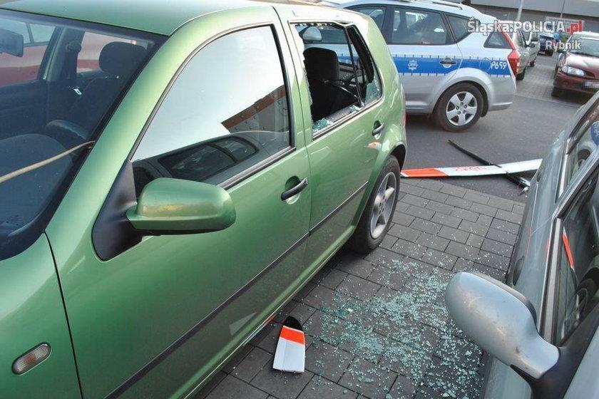 Mały szybowiec spadł na samochody