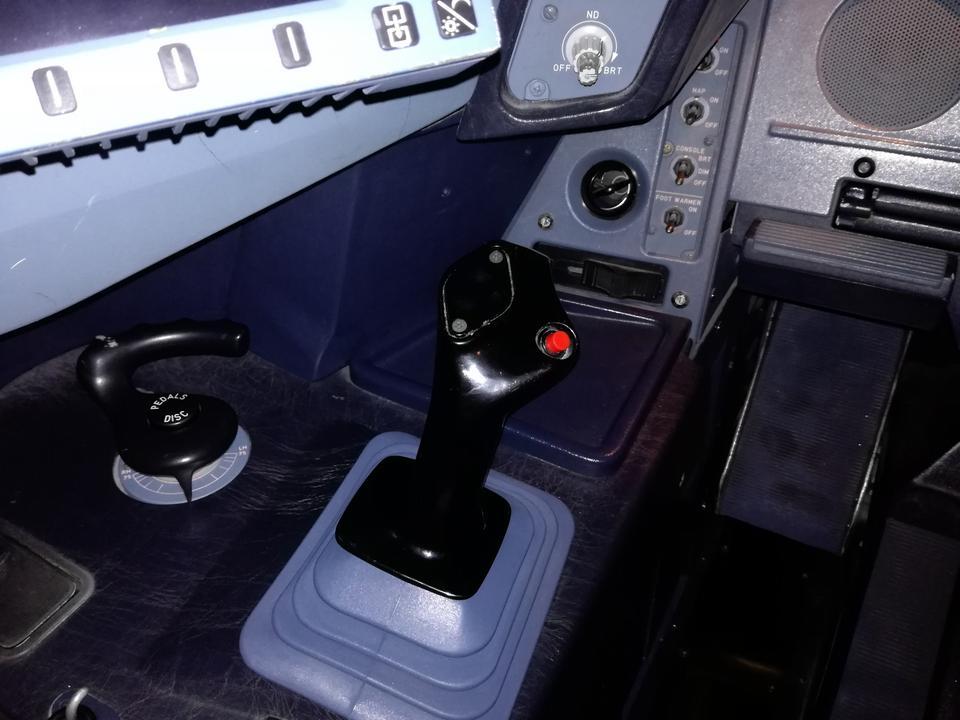 W Airbusach zamiast klasycznego steru jest joystick (tzw. sidestick). Ma go i kapitan, i pierwszy oficer. Jest przycisk, który pozwala ustalić priorytet dla jednego lub drugiego sidesticka.