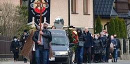 Pogrzeb braci, którzy zmarli w tajemniczych okolicznościach. Wieś Szaflary pożegnała Tomasza i Krzysztofa
