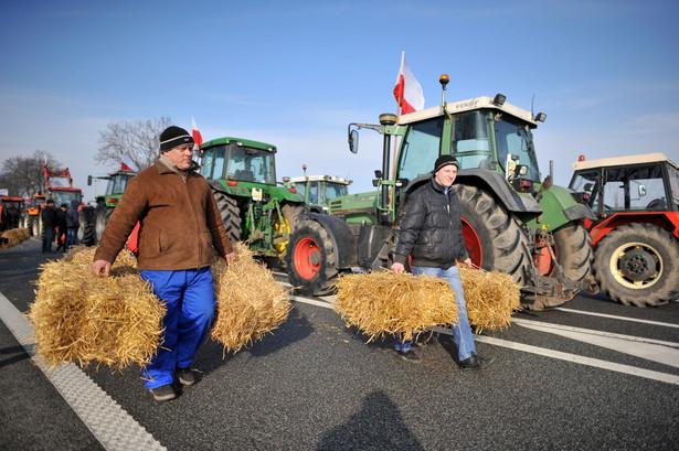 Akcja protestacyjna OPZZ rolników na drodze krajowej 2 pomiędzy Siedlcami a Międzyrzecem Podlaskim, 2 bm. rozpoczęła ogólnokrajowe protesty rolniczego OPZZ.