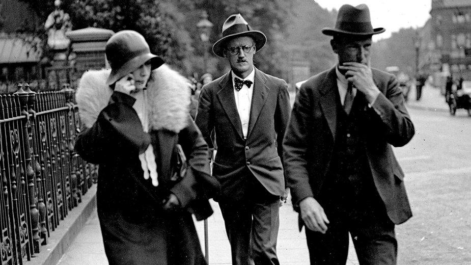 Od lewej: Nora Barnacle, James Joyce i ich adwokat, 1931 r.
