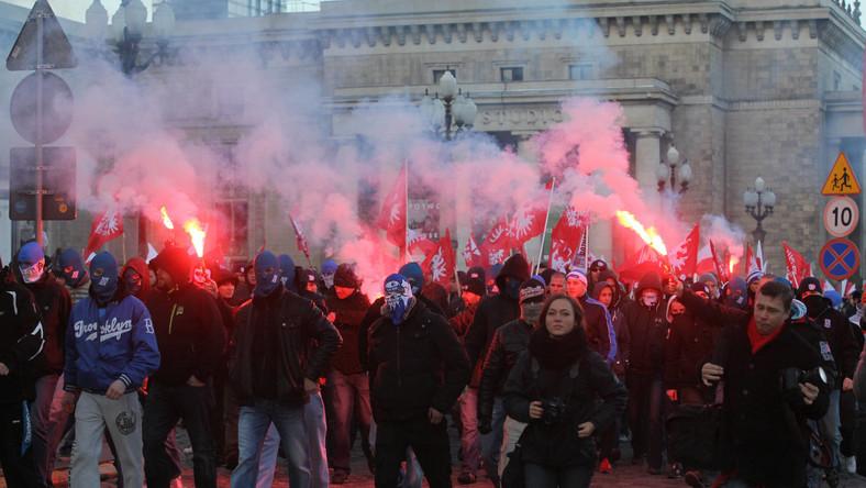 Przy skrzyżowaniu Marszałkowskiej z Wilczą doszło do starcia manifestantów z policją. Rzucano w policję petardami.