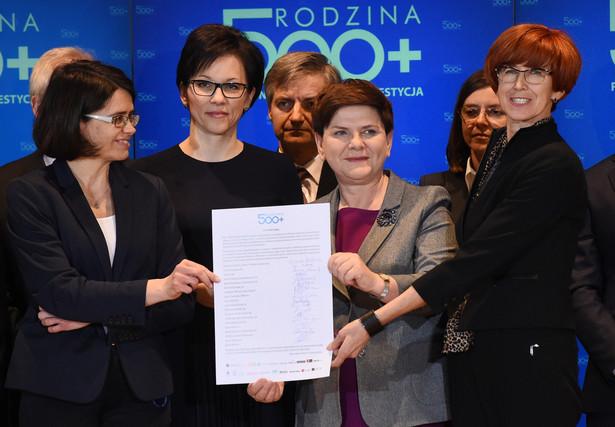 """Uroczystości podpisania listu intencyjnego o współpracy 18 banków w programie """"Rodzina 500 plus"""" na Giełdzie Papierów Wartościowych w Warszawie."""