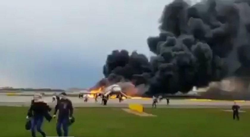 Nowe nagranie z lotniska. To ona ostatnia wyszła z samolotu żywa