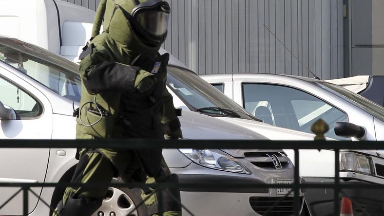 Policyjny saper przygotowuje się do detonacji bomby przysłanej pocztą do ambasady Francji w Atenach