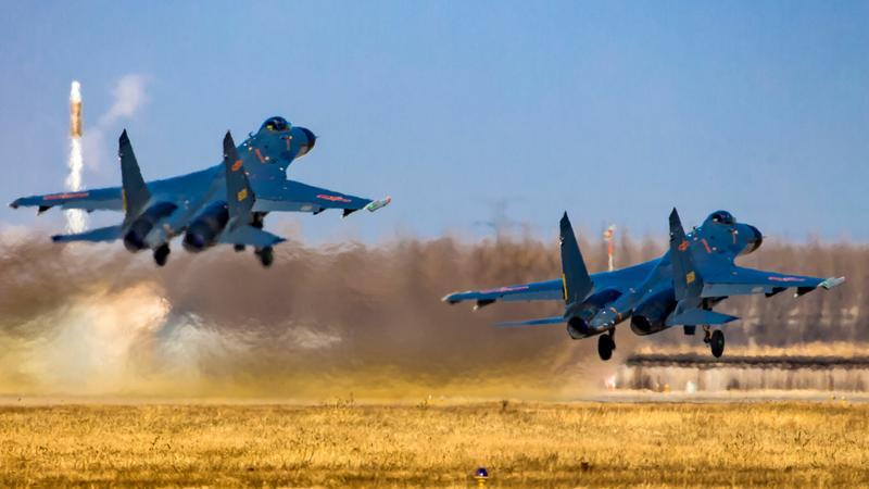 Chińscy piloci myśliwców na ćwiczeniach z ostrą amunicją