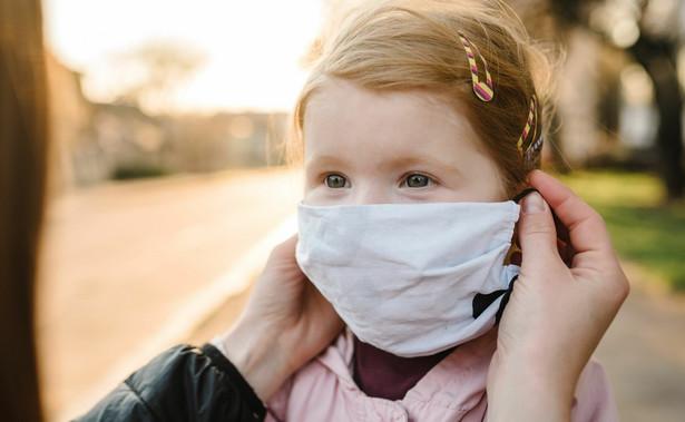 Małe dziecko w maseczce, epidemia Covid-19