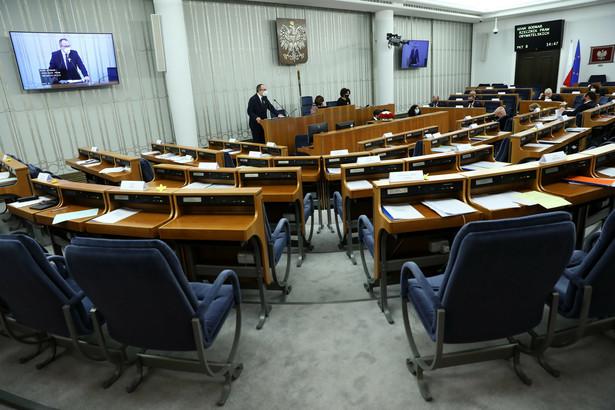 Rzecznik Praw Obywatelskich Adam Bodnar (L) oraz wicemarszałek Senatu Gabriela Morawska-Stanecka (2L) na sali plenarnej Senatu