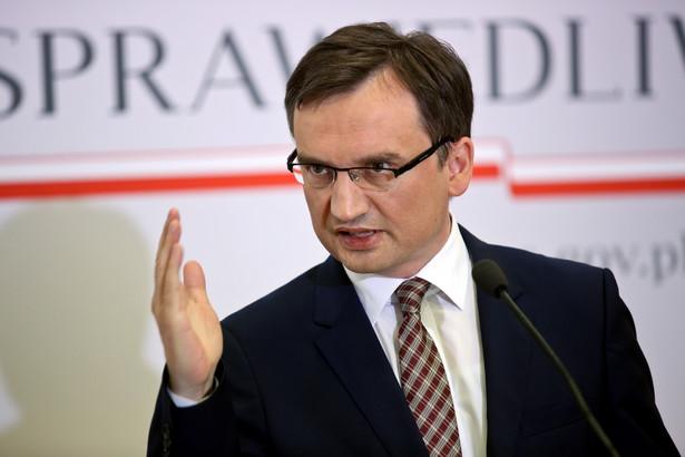 Na wspólnej konferencji z premier Beatą Szydło przedstawił on w poniedziałek projekt zmiany ustawy o komornikach.
