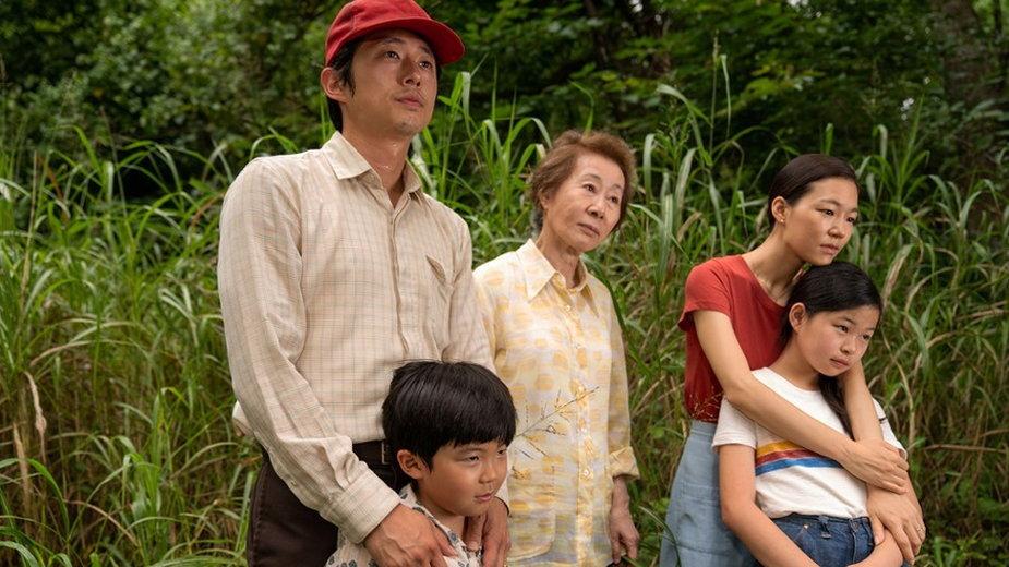 "Yuh-Jung Youn jako Soonja w filmie ""Minari"" (2020). Na zdjęciu także (od lewej); Steven Yeun jako Jacob, Alan S. Kim jako David, Ye-ri Han jako Monica i Noel Cho jako Anne"