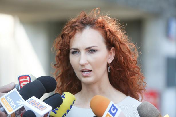 Rzeczniczka CZD Katarzyna Gardzińska rozmawia z dziennikarzami przed Centrum Zdrowia Dziecka