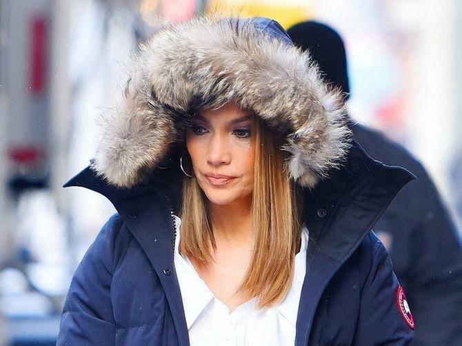 Dženifer ne skida čizme koje na beogradskim ulicama nosi SVAKA DRUGA DEVOJKA: Kupuju se za SMEŠNE PARE, a tako su tople!