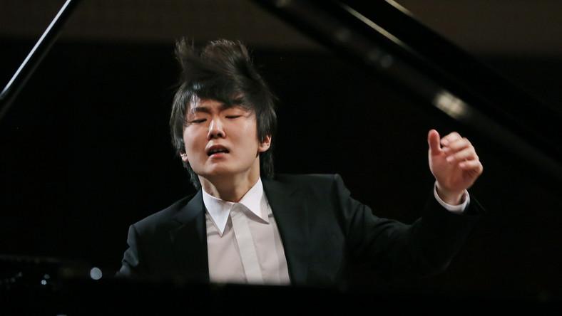 Mówi, że nie pamięta jak wygrał Konkurs Chopinowski, ale udało się. 21-letni Seong-Jin Cho z Seulu podbił serca jury i publiczności. Dziś jest chyba najbardziej znanym Koreańczykiem nad Wisłą. CZYTAJ WIĘCEJ >>>