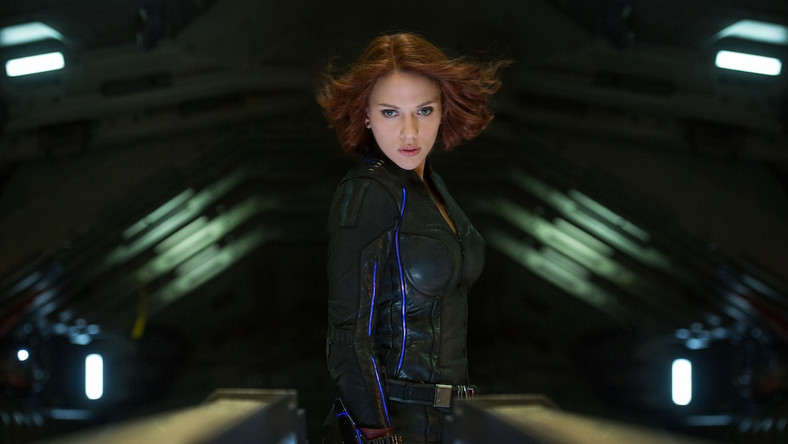 """Mimo niezwykłego, nawet jak na Marvelowski blockbuster nagromadzenia efektownych scen akcji i atrakcji, głównym bohaterem """"Czasu Ultrona"""" jest sam Joss Whedon, który udowadnia tym filmem ponownie światu, że nie ma sobie równych na obszarze kina superbohaterskiego. Dialogi skrzą finezyjnym humorem i dziesiątkami fajnie wplecionych nawiązań do innych filmów Marvela (w jednej ze scen Stark i Thor chwalą się osiągnięciami swoich nieobecnych kobiet, Pepper Potts i Jane Foster, doprowadzając znajomych do przewracania oczami). Sceny pościgów, strzelanin i wszelkich pojedynków to elegancka robota – nie tylko wszystko w nich widać, ale też zapewniają prawdziwe emocje. Ultron to znakomity cyfrowy czarny charakter, a dobywający się zza metalicznej maski głos Jamesa Spadera potrafi wywołać gęsią skórkę. ( Darek Kuźma, Onet)"""