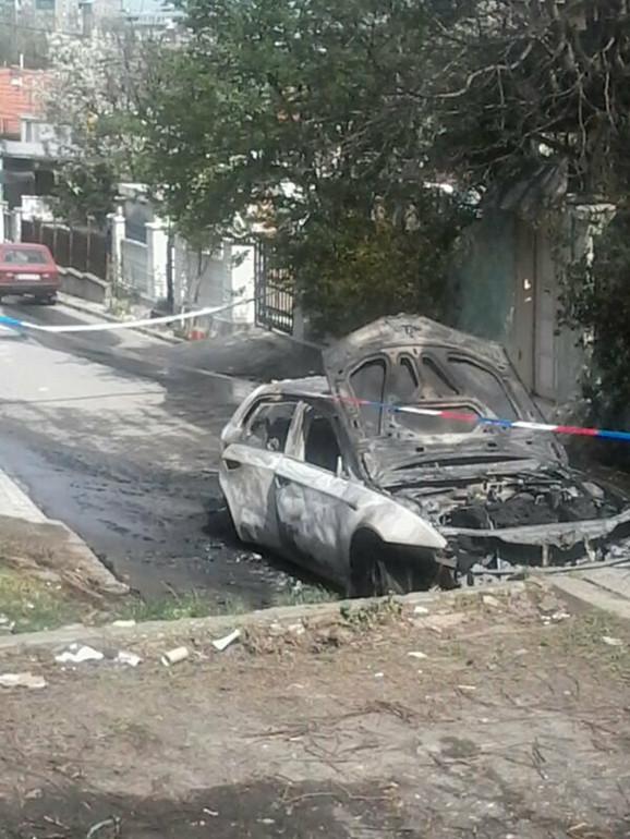 Auto je ostavljen u uličici na Voždovcu