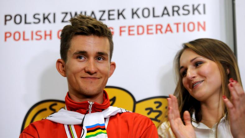 Kolarski mistrz świata Michał Kwiatkowski z dziewczyną Agatą podczas konferencji prasowej po powitaniu na warszawskim lotnisku Okęcie.