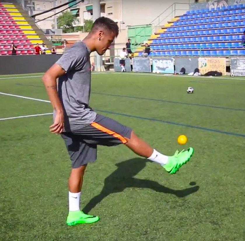 Neymar potrafi żonglować wszystkim, oto dowód! WIDEO