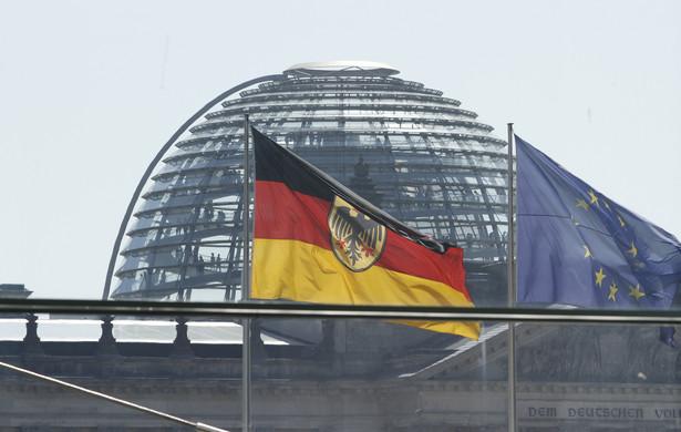 Flagi Niemiec i Unii Europejskiej. W tle kopuła Reichstagu