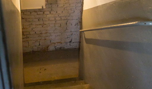 Makabra na Dolnym Śląsku. Sprzątał piwnicę po poprzednich lokatorach. Znalazł walizkę, a w środku...