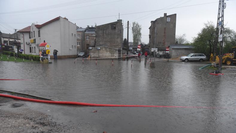Ulewy przechodzą przez Polskę. Brzeziny: podtopione 50 budynków