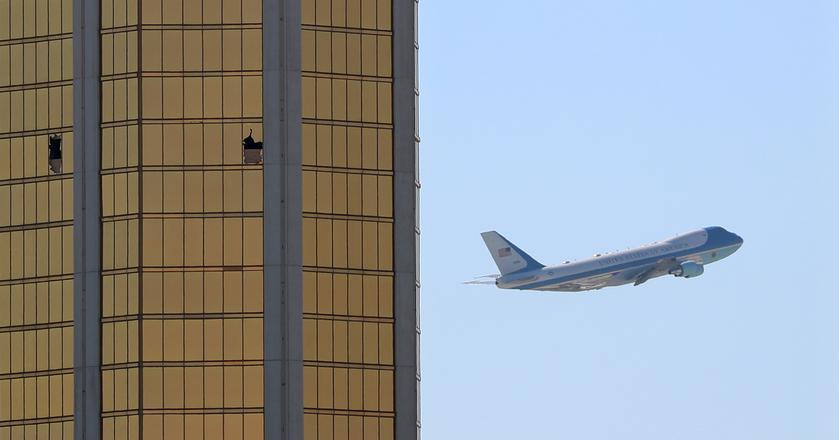 Wybite okno na piętrze hotelu Mandalay Bay w Las Vegas