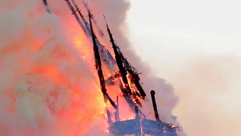 Waląca się wieża katedry Notre Dame