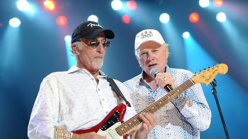 """The Beach Boys jak za dawnych lat. Na pierwszą od dwóch dekad płycie, w dodatku nagraną przy udziale wszystkich żyjących członków oryginalnego, trafiły pościelówy na zmianę ze skocznymi numerami ze wstawkami typu """"uuu"""" i """"ooo"""""""