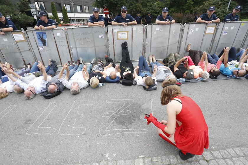 Sejm przegłosował nową ustawę o Sądzie Najwyższym. Protesty w Warszawie.