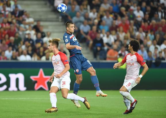 Vujadin Savić je vodio vazdušne duele sa protivničkim defanzivcima
