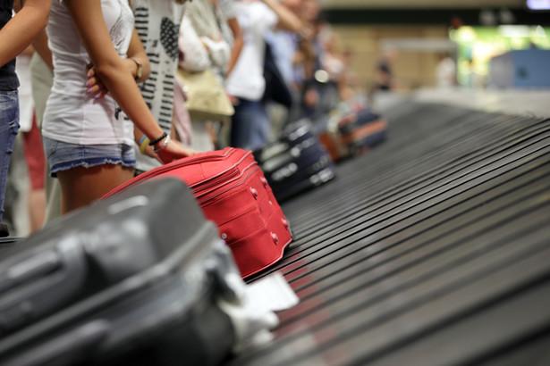 Aby uzyskać odszkodowanie, trzeba zgłosić się do znajdującego się na każdym lotnisku biura zagubionego bagażu (left-luggage office), wypełnić formularz PIR (Property Irregularity Report), zatrzymać kopię i... czekać