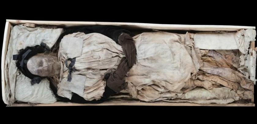 W trumnie biskupa znaleziono płód