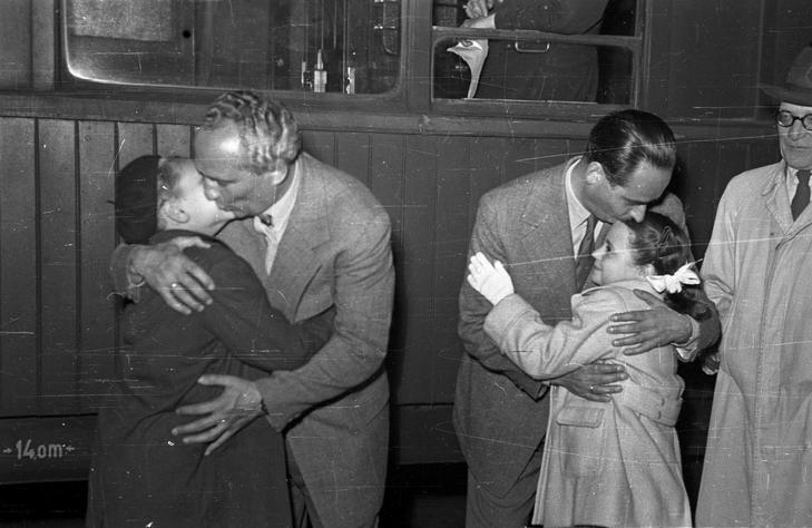 1956 - Alfonzó és Rodolfo a családjától búcsúzkodik, szovjet turnéra indultak / Fotó Fortepan - Bauer Sándor
