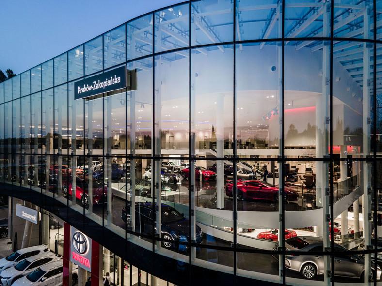 Diler Toyota Romanowski Kraków oraz Lexus Kraków otworzył nowy salon Toyoty i Lexusa. Jest to pierwsza w Polsce zintegrowana stacja obu marek i obecnie jeden z największych salonów samochodowych w Europie