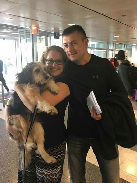 Saša na aerodromu sa vlasnicima