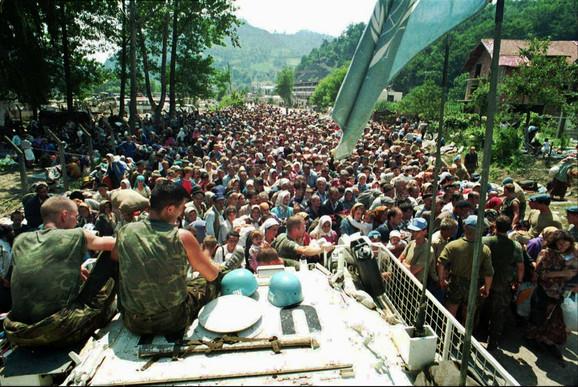 Srebrenica u julu 1995. godine: Vojnici Unprofora pored civila