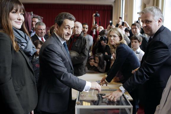 Sarkozi glasao sa suprugom Karlom Bruni