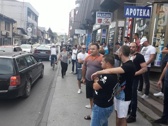 Meštani se okupili ispred pekare