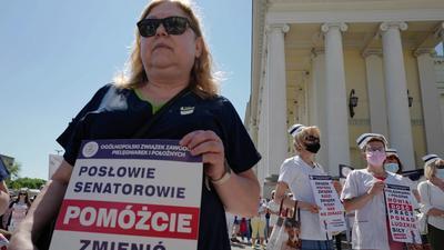 Strajk ostrzegawczy pielęgniarek i położnych przeciwko ustawie Niedzielskiego